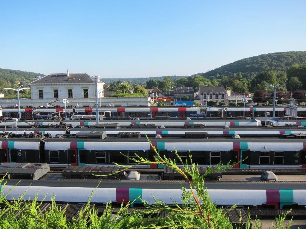- la gare le jour et ses trains garés